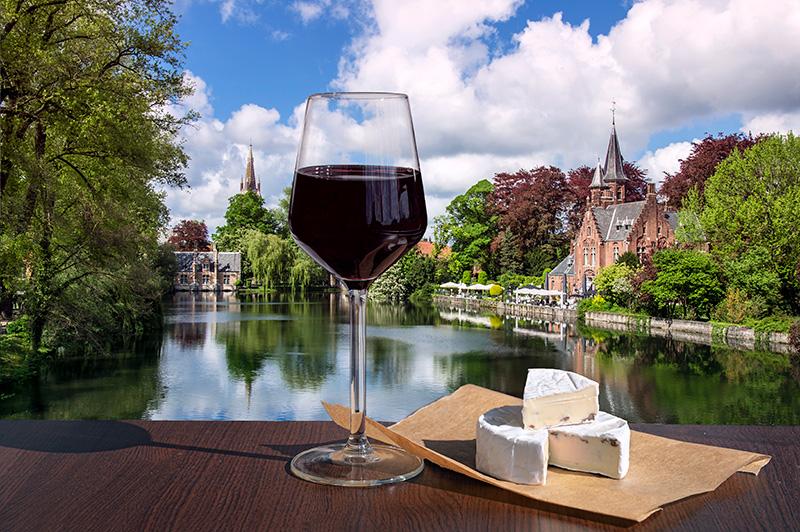 ベルギーのミネアウォーター湖とブルージュの小さな城を見ながらチーズと赤ワイン